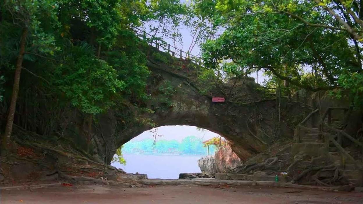 Pantai Karang Bolong Pacitan