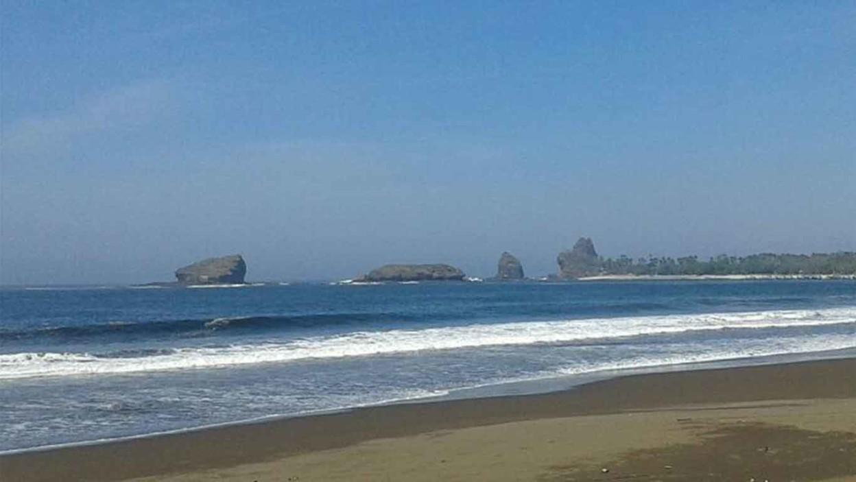 Pantai Watu Ulo 🏖️ HTM, Rute, Foto & Ulasan Pengunjung