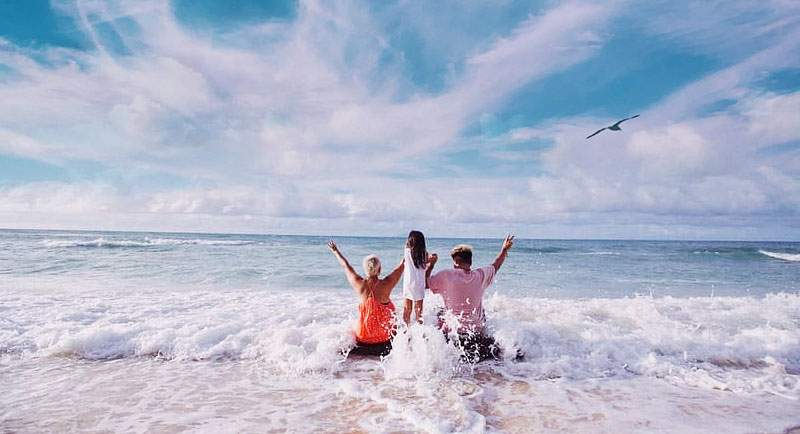 Berenang Di Pantai Samudra Indah