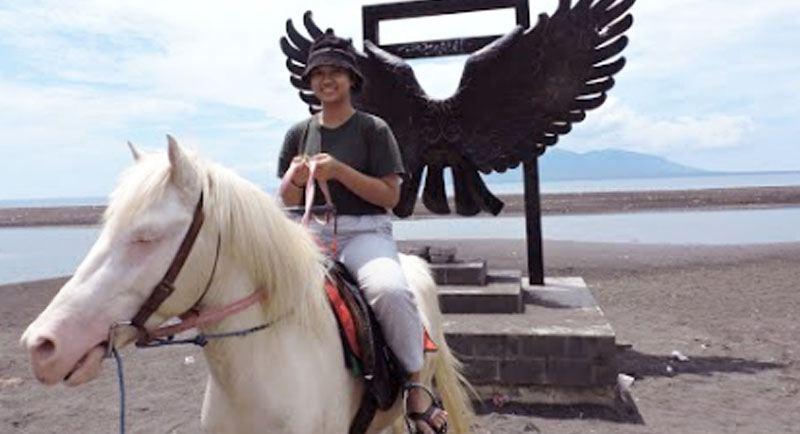 Berkuda Di Pantai Boom Banyuwangi 1