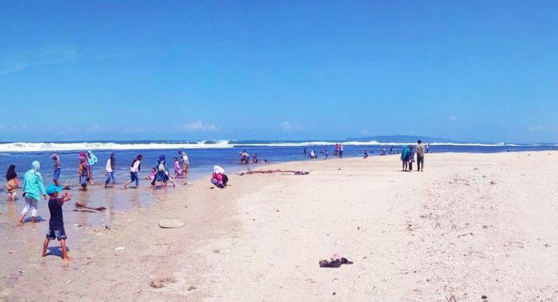 Bermain Di Pantai Karapyak