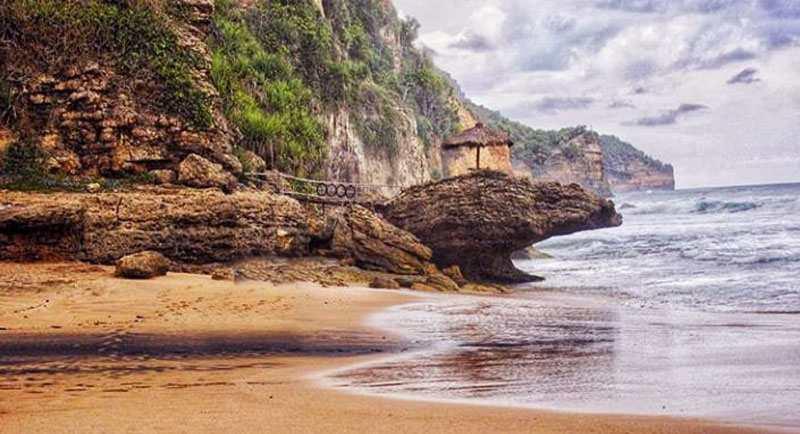 Menikmati Indahnya Pantai Seruni Pacitan