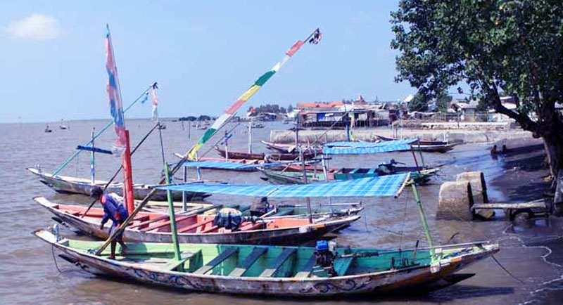 Naik Perahu Di Pantai Ria Kenjeran