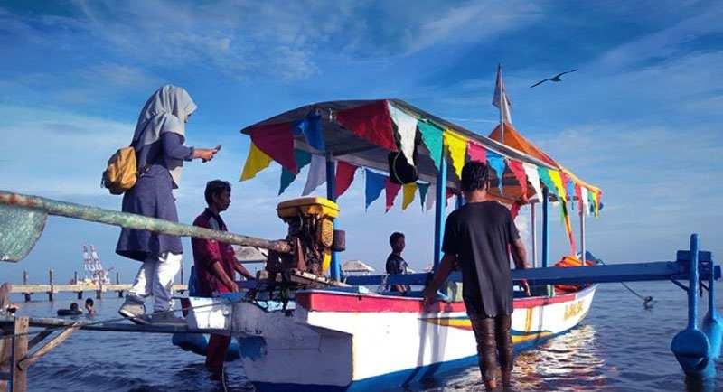 Nak Perahu Di Pantai Samudra Indah
