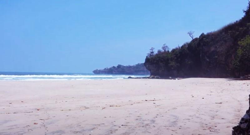 Pemandangan Pantai Goa Langir