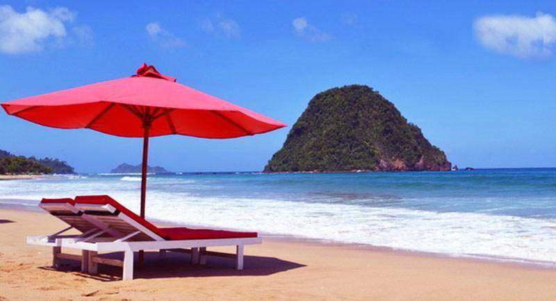 Pemandangan Pantai Pulau Merah