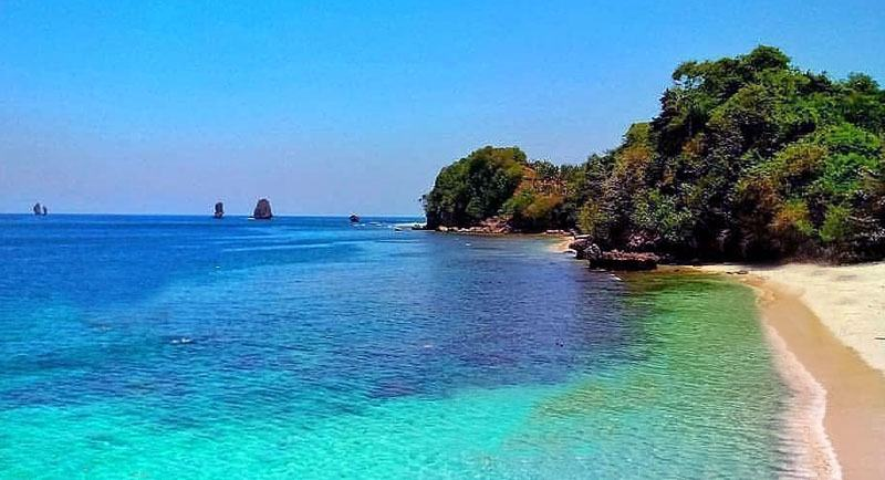 Pemandangan Pantai Tiga Warna