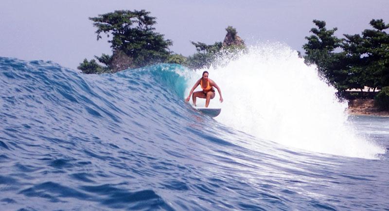 Surfing Di Pantai Legon Pari