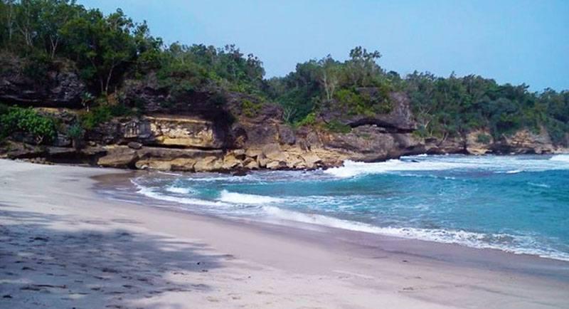Wisata Pantai Wawaran