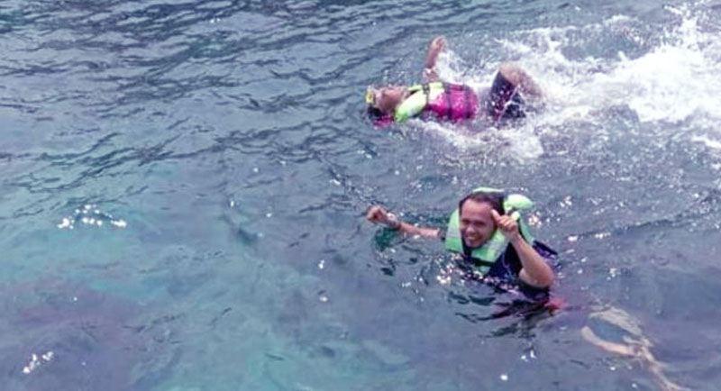 Berenang Di Pantai Tiga Warna