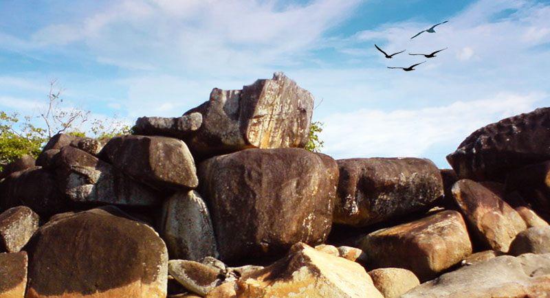 Batu Lapak Pantai Putri Serayi