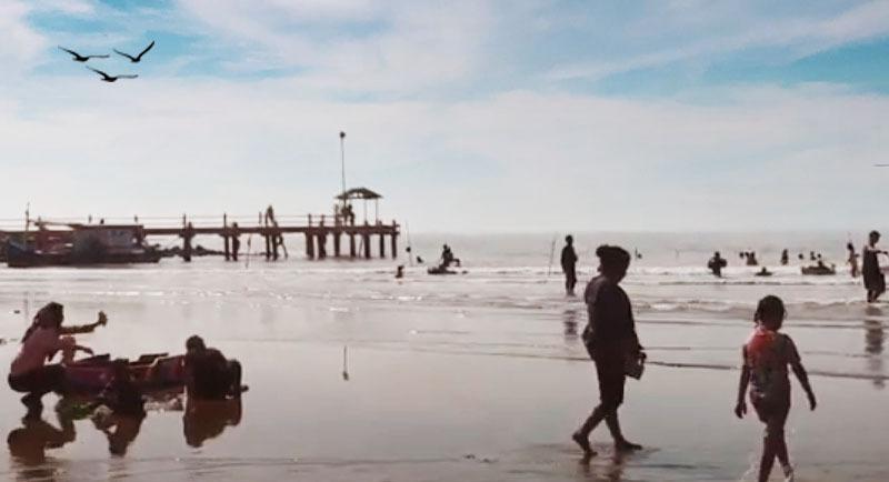 Bermain Di Pantai Balongan Indah