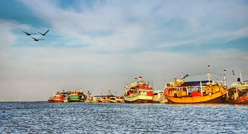 Kapal Di Pantai Karang Song