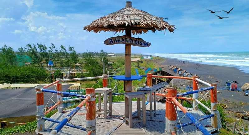 Menara Bambu Pantai Jetis Purworejo