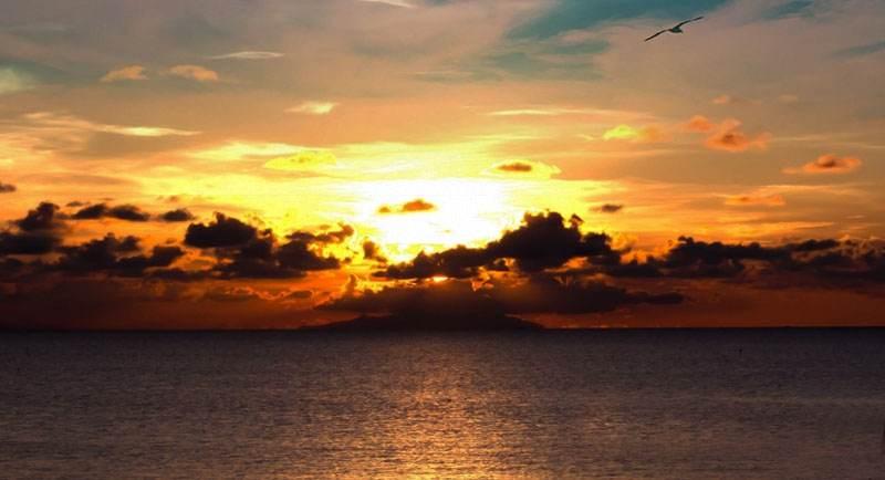 Menikmati Sunset Di Pantai Caruban
