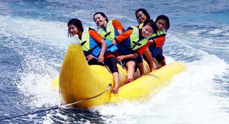 Naik Banana Boat Di Pantai Balongan Indah