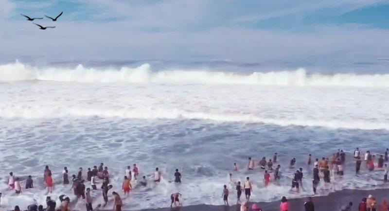 Ombak Besar Di Pantai Genjik Purworejo