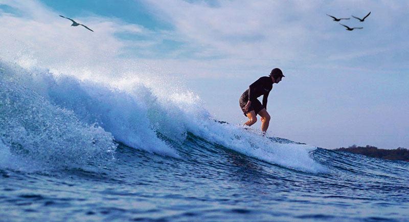 Surfing Di Pantai Marosi
