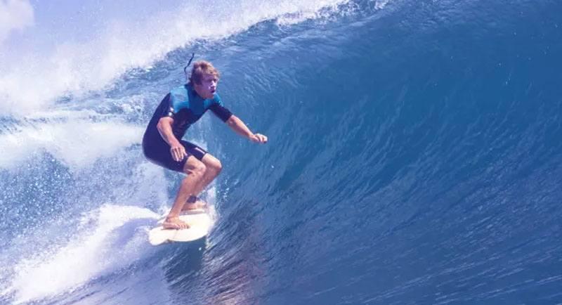 Surfing Di Pantai Tarimbang