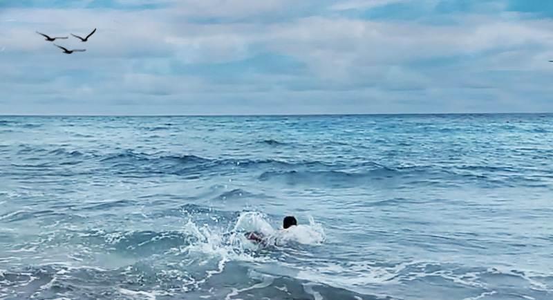 Berenang Di Pantai Anoi Itam