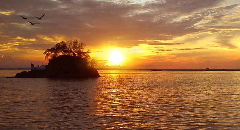 Sunset Di Pantai Melawai