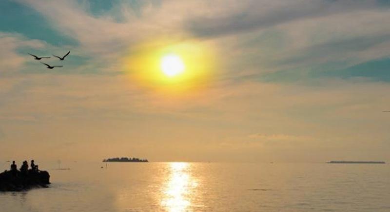 Sunset Di Pantai Pulau Geleang