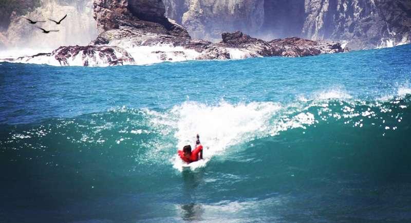 Surfing Di Pantai Wediombo